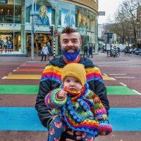 """UTRECHT- """"De Utrechter van het jaar"""". Pepijn Zwanenberg( raadslid Groen Links) en zijn dochter Keet op het """"gaybrapad"""". Lange Viestraat."""